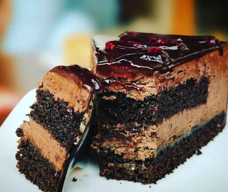 ho una sorta di senso di distacco che mi rende stranamente triste. L'unico modo di superarlo è mangiarmi una fetta di torta (se posso, fatta da me) e mettermi a lavorare a qualcos'altro.